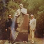 с братом Кемалом на могиле деда